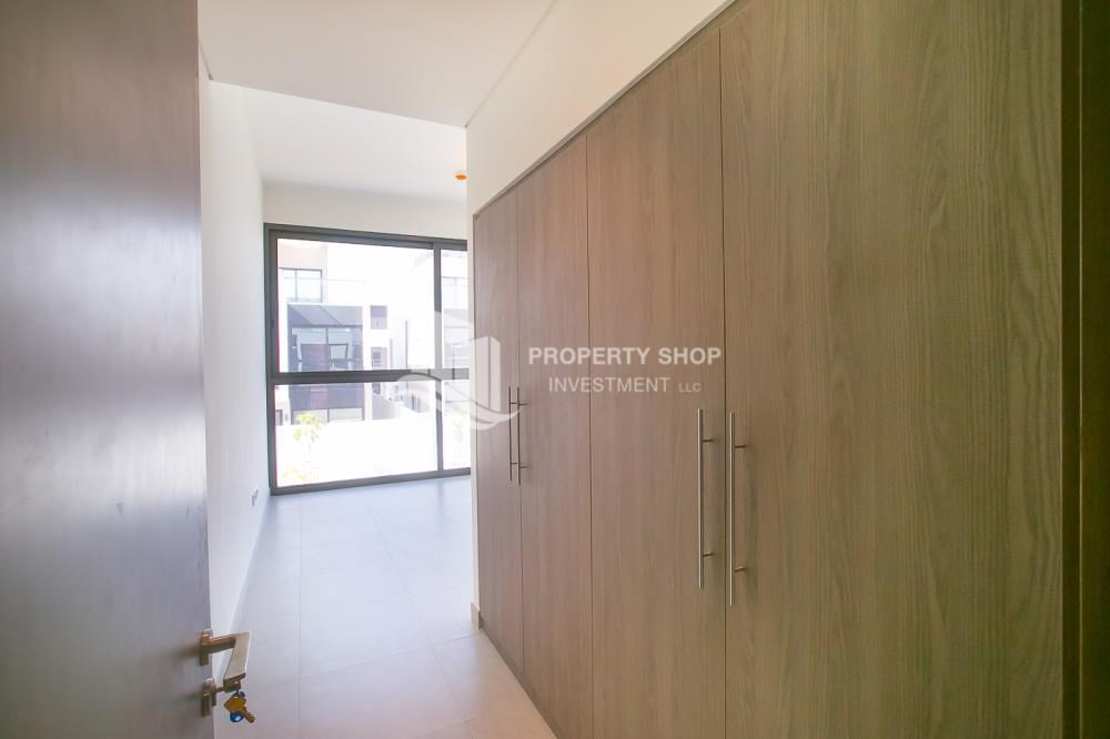 Built in Wardrobe-5BR luxurious townhouse for rent.