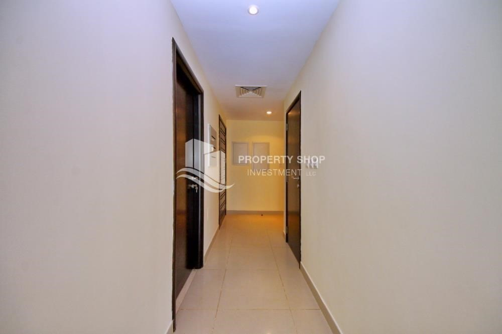 Foyer-Huge villa with Pvt pool and maid's room.