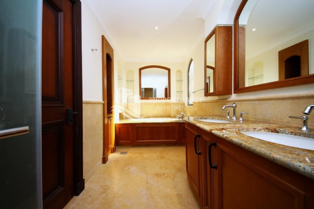 Master Bathroom-Huge 4Bedroom Villa in Saadiyat Island.