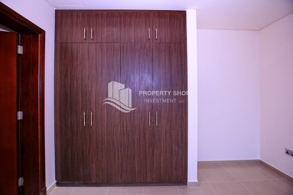 Built in Wardrobe-Sea View Mid floor Apt with great facilities.