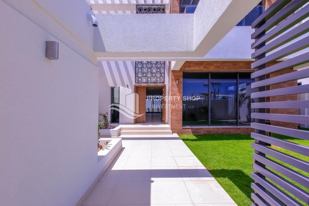 Courtyard-Own a luxurious 4BR villa in Yas Island(West Yas)