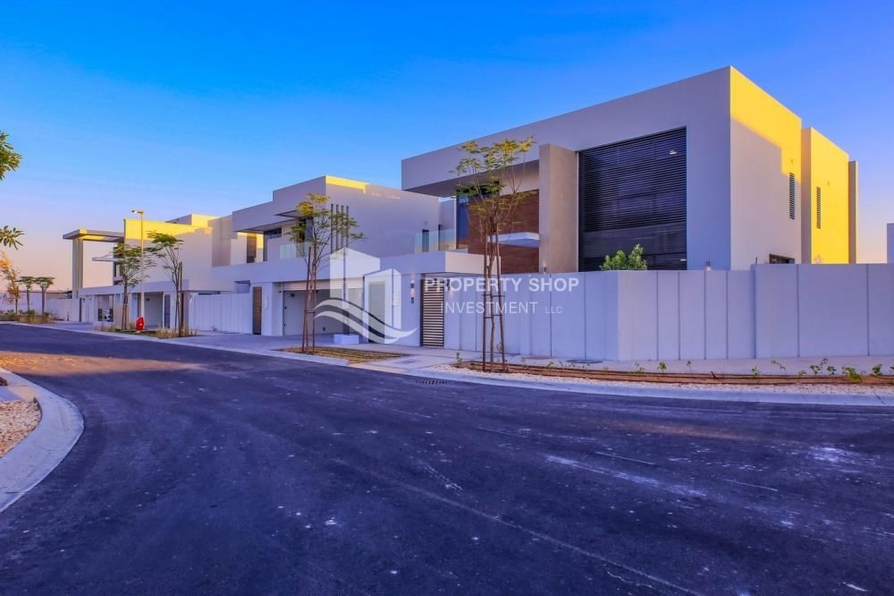 Property-Luxurious 4+M+Majlis with Family Living.