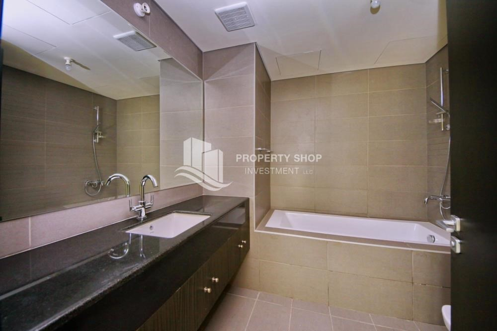 Bathroom-Spacious sea view apt with open kitchen amd parking.