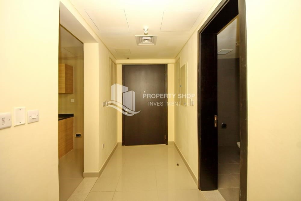 Foyer-Spacious sea view apt with open kitchen amd parking.