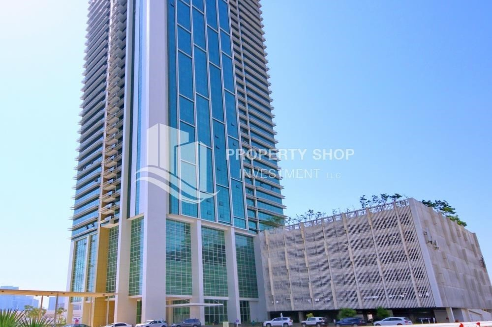 Property-Spacious sea view apt with open kitchen amd parking.